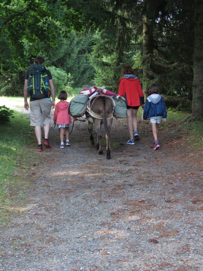 Randonneurs avec l'âne Chocolat