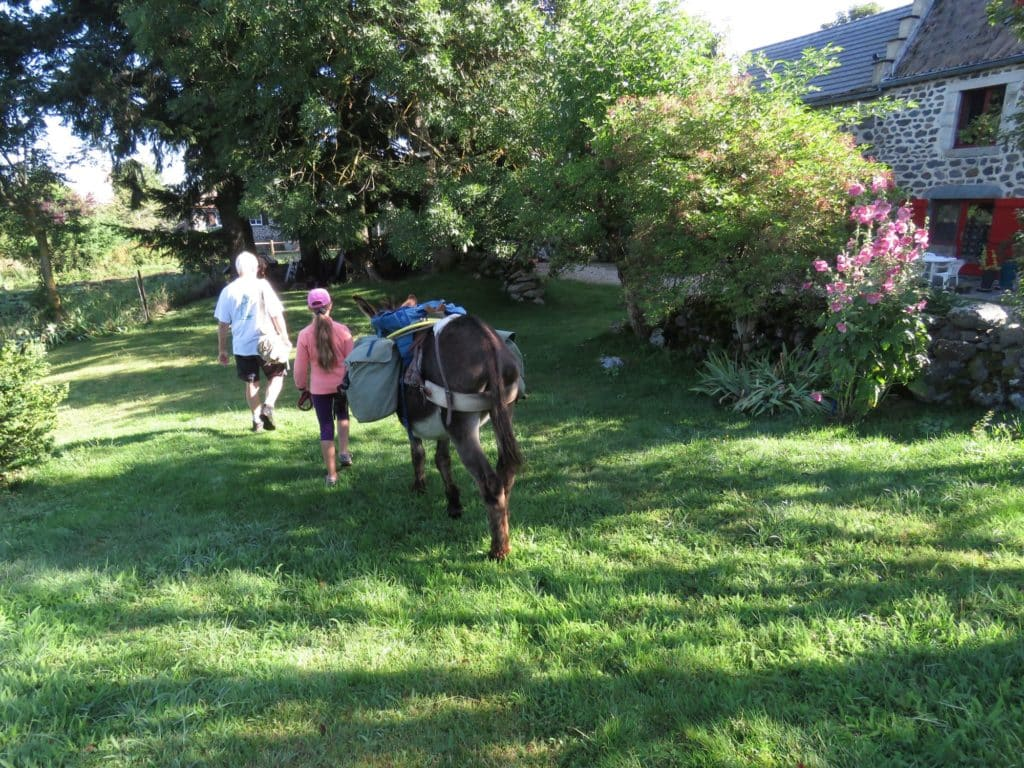 Randonneurs accompagnés de l'âne Moka